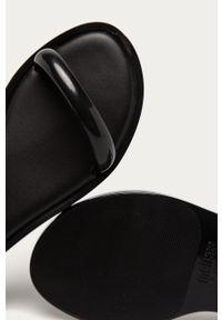 Czarne sandały melissa na niskim obcasie, gładkie, na klamry