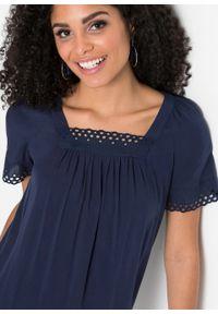 Niebieska bluzka bonprix z dekoltem karo, w koronkowe wzory
