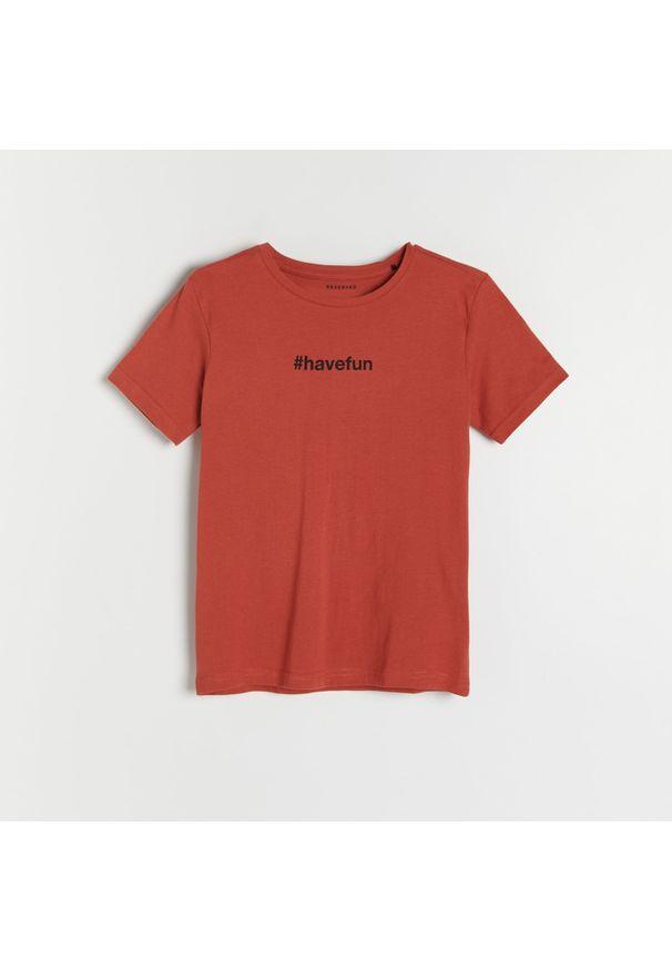 Reserved - Bawełniany t-shirt z napisem - Czerwony. Kolor: czerwony. Materiał: bawełna. Wzór: napisy