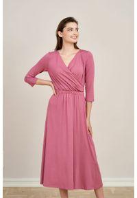 Marie Zélie - Sukienka Rita róż piwoniowy mikromodal. Typ kołnierza: dekolt kopertowy. Kolor: różowy. Materiał: wiskoza, dzianina, elastan, włókno, skóra. Długość rękawa: krótki rękaw. Typ sukienki: proste, kopertowe