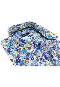 Biała koszula w niebiesko-żółte kwiaty Mmer E109. Kolor: biały, wielokolorowy, żółty, niebieski. Materiał: tkanina, bawełna, poliester. Długość: długie. Wzór: kwiaty