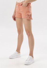 Born2be - Łososiowe Szorty Vivialori. Okazja: na co dzień. Stan: podwyższony. Kolor: różowy. Materiał: jeans. Długość: długie. Styl: sportowy, casual