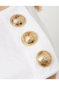 Balmain - BALMAIN - Biały t-shirt z logo. Kolor: biały. Materiał: jeans. Długość rękawa: na ramiączkach. Wzór: nadruk, aplikacja