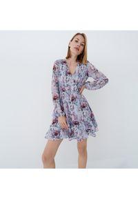 Mohito - Sukienka z falbaną Eco Aware - Niebieski. Kolor: niebieski