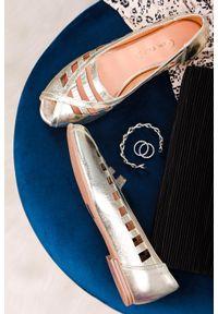 Złote baleriny Casu w ażurowe wzory