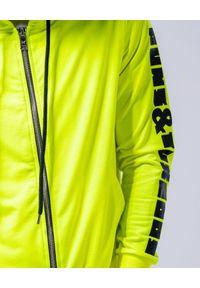 GUNS & TUXEDOS - Neonowa bluza z kapturem Navaho. Okazja: na co dzień. Typ kołnierza: kaptur. Kolor: żółty. Materiał: jeans, tkanina, bawełna. Styl: elegancki, casual