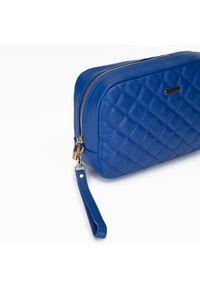 Wittchen - Damska kosmetyczka pikowana z uchwytem. Kolor: niebieski. Materiał: skóra ekologiczna. Wzór: kolorowy