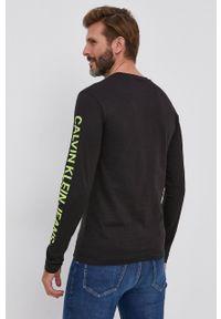 Calvin Klein Jeans - Longsleeve. Okazja: na co dzień. Kolor: czarny. Długość rękawa: długi rękaw. Wzór: nadruk. Styl: casual