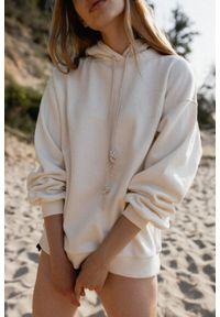 Marsala - Bluza damska z kapturem i logo w kolorze CLOUD WHITE - CHILLIN BY MARSALA. Typ kołnierza: kaptur. Materiał: bawełna, dresówka, dzianina, elastan. Styl: sportowy