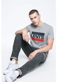 Levi's® - Levi's - T-shirt. Okazja: na co dzień, na spotkanie biznesowe. Kolor: szary. Materiał: dzianina. Wzór: melanż, nadruk. Styl: biznesowy, casual