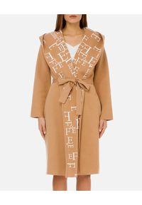 Elisabetta Franchi - ELISABETTA FRANCHI - Beżowy płaszcz z kontrastowym logo. Okazja: na co dzień. Kolor: beżowy. Materiał: materiał. Styl: elegancki, casual
