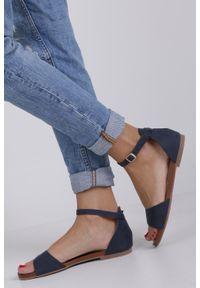 Niebieskie sandały Casu na co dzień, casualowe, w kolorowe wzory