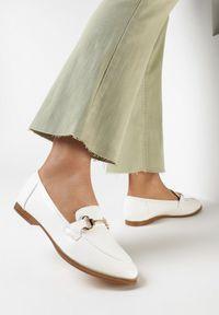 Born2be - Białe Mokasyny Cortez. Nosek buta: okrągły. Zapięcie: bez zapięcia. Kolor: biały. Szerokość cholewki: normalna. Wzór: aplikacja. Wysokość cholewki: przed kostkę. Obcas: na obcasie. Styl: klasyczny, elegancki. Wysokość obcasa: niski