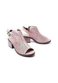 Różowe sandały Rieker w ażurowe wzory, na obcasie, na średnim obcasie