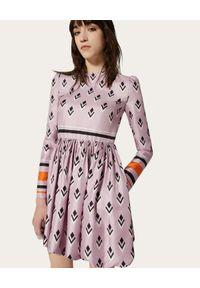 VALENTINO - Jedwabna sukienka z geometrycznym nadrukiem. Okazja: do pracy. Kolor: różowy, wielokolorowy, fioletowy. Materiał: jedwab. Wzór: geometria, nadruk. Typ sukienki: rozkloszowane