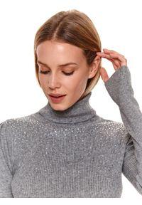 TOP SECRET - Sweter z golfem i kryształkami. Okazja: na imprezę. Typ kołnierza: golf. Kolor: szary. Długość: długie. Sezon: zima