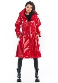 Awama - Czerwona Winylowy Płaszcz z Wysokim Kołnierzem. Kolor: czerwony. Materiał: poliester