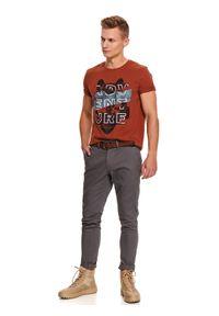 TOP SECRET - Spodnie tkaninowe chino z paskiem slim fit. Okazja: do pracy, na co dzień. Kolor: szary. Materiał: tkanina. Długość: długie. Sezon: zima. Styl: klasyczny, casual