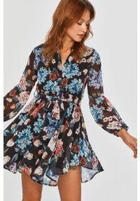 Niebieska sukienka Answear Lab rozkloszowana, w kwiaty