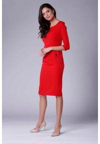 Nommo - Czerwona Stylowa Sukienka Ołówkowa z Ozdobnymi Guzikami. Kolor: czerwony. Materiał: wiskoza, poliester. Typ sukienki: ołówkowe. Styl: elegancki