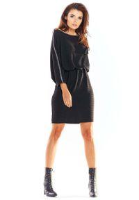 Awama - Czarna Luźna Dzianinowa Sukienka z Ozdobną Kieszonką. Kolor: czarny. Materiał: dzianina