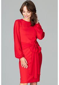 Lenitif - Elegancka sukienka z półprzezroczystą górą i rękawami czerwona. Typ kołnierza: kokarda. Kolor: czerwony. Długość rękawa: długi rękaw. Styl: elegancki