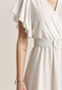 Renee - Biała Sukienka Cordeve. Okazja: na wesele, na ślub cywilny. Kolor: biały. Typ sukienki: kopertowe. Długość: mini