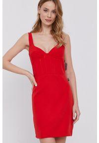 BARDOT - Bardot - Sukienka. Kolor: czerwony. Materiał: tkanina. Długość rękawa: na ramiączkach. Typ sukienki: dopasowane