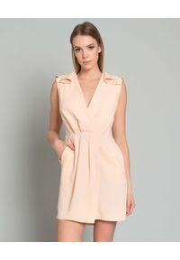 Elisabetta Franchi - ELISABETTA FRANCHI - Sukienka z koronkową aplikacją. Kolor: beżowy. Materiał: koronka. Wzór: aplikacja. Typ sukienki: z odkrytymi ramionami, dopasowane. Długość: mini