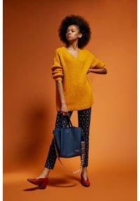 Żółty sweter MOODO z dekoltem w serek, klasyczny