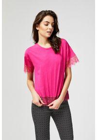 Różowa bluzka MOODO w koronkowe wzory