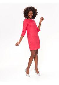 Różowa sukienka TOP SECRET na wiosnę, w kolorowe wzory, prosta