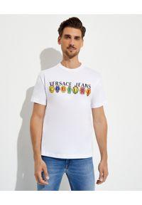 Versace Jeans Couture - VERSACE JEANS COUTURE - Biały t-shirt z kolorowym logo. Kolor: biały. Materiał: bawełna. Wzór: kolorowy
