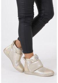 Złote buty sportowe Casu na rzepy, w kolorowe wzory, z cholewką
