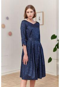 Marie Zélie - Sukienka Elina Idella granatowa. Kolor: niebieski. Materiał: materiał, satyna, bawełna. Długość rękawa: krótki rękaw. Typ sukienki: rozkloszowane. Styl: klasyczny