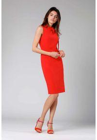 Nommo - Czerwona Ołówkowa Sukienka z Kokardą. Typ kołnierza: kokarda. Kolor: czerwony. Materiał: wiskoza, poliester. Typ sukienki: ołówkowe