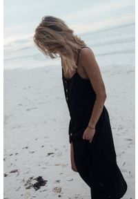MUUV. - Sukienka Aint No Cliche. Okazja: na co dzień, na plażę. Kolor: czarny. Materiał: tkanina, materiał. Długość rękawa: na ramiączkach. Typ sukienki: proste. Styl: casual