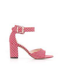 Zapato - sandałki na słupku - skóra naturalna - model 348 - kolor czerwone kwadraty. Okazja: na wesele, na ślub cywilny, na imprezę. Nosek buta: czworokąt. Kolor: czerwony. Materiał: skóra. Wzór: motyw zwierzęcy, kwiaty, geometria, aplikacja. Sezon: lato. Obcas: na słupku. Styl: boho, klasyczny, elegancki, młodzieżowy. Wysokość obcasa: średni