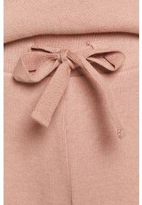 Różowe spodnie dresowe medicine