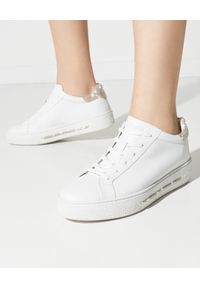 RENE CAOVILLA - Białe sneakersy Xtra ze złotymi kryształami. Kolor: biały. Materiał: guma. Wzór: napisy, aplikacja