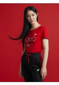 4f - T-shirt damski z kolekcji FROM PAST TO FUTURE. Kolor: czerwony. Materiał: dzianina, bawełna. Wzór: nadruk