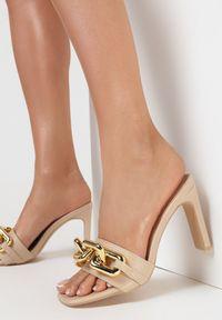 Born2be - Beżowe Klapki Malithilei. Nosek buta: otwarty. Kolor: beżowy. Wzór: kwiaty, aplikacja. Obcas: na słupku