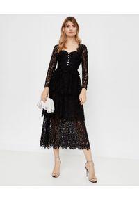 SELF PORTRAIT - Czarna warstwowa sukienka midi. Typ kołnierza: dekolt kwadratowy. Kolor: czarny. Materiał: koronka. Wzór: aplikacja, koronka. Typ sukienki: dopasowane, rozkloszowane. Styl: elegancki, retro. Długość: midi