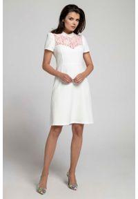 Nommo - Wizytowa Rozkloszowana Sukienka z Koronką. Materiał: koronka. Wzór: koronka. Styl: wizytowy