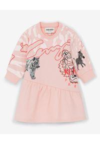 Kenzo kids - KENZO KIDS - Różowa sukienka z grafiką zwierząt 0-4 lat. Kolor: różowy, wielokolorowy, fioletowy. Materiał: materiał, prążkowany. Długość rękawa: długi rękaw. Wzór: motyw zwierzęcy, aplikacja, nadruk. Sezon: lato. Typ sukienki: asymetryczne