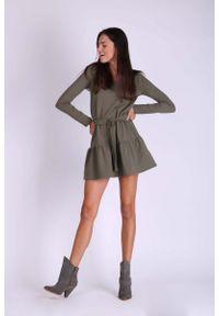 Nommo - Khaki Krótka Dziewczęca Sukienka z Falbanką. Kolor: brązowy. Materiał: bawełna. Długość: mini