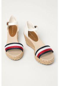 Białe sandały TOMMY HILFIGER na klamry, na średnim obcasie, na koturnie