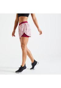 DOMYOS - Spodenki fitness cardio damskie Domyos 2w1. Kolor: czerwony, wielokolorowy, fioletowy. Materiał: skóra, materiał. Sport: fitness