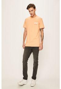 Pomarańczowy t-shirt Quiksilver casualowy, z okrągłym kołnierzem, z nadrukiem