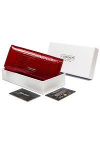 LORENTI - Lakierowany portfel czerwony Lorenti 72401-RS-1220 RED. Kolor: czerwony. Materiał: skóra. Wzór: aplikacja